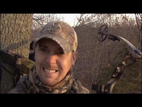 Bowhunting Whitetail: 5 yard shot- Illinois buck