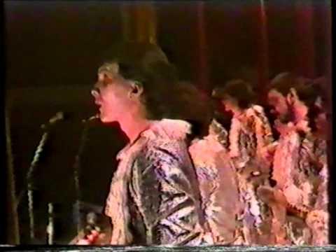 La agrupación Locura llega al COAC 1986 en la modalidad de Comparsas. En años anteriores (1985) concursaron en el Teatro Falla como Zombie, consiguiendo una clasificación en el concurso de Semifinales.