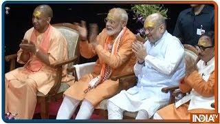 PM Modi, Amit Shah और Yogi Adityanath के सामने Ganga Arti से पहले लगातार 2.5 मिनट तक बजाया गया शंख - INDIATV