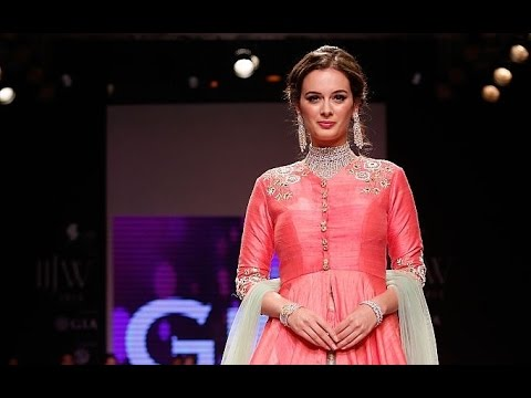 Sexy Evelyn Sharma Sets The Ramp On Fire!