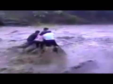 Live Footage of Five People swept by Flash Flood  (India) (5 लोग नदी के बहाव में बह गए)