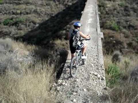 Investigación en las granjas de cerdos y casa ros con la bici de montaña