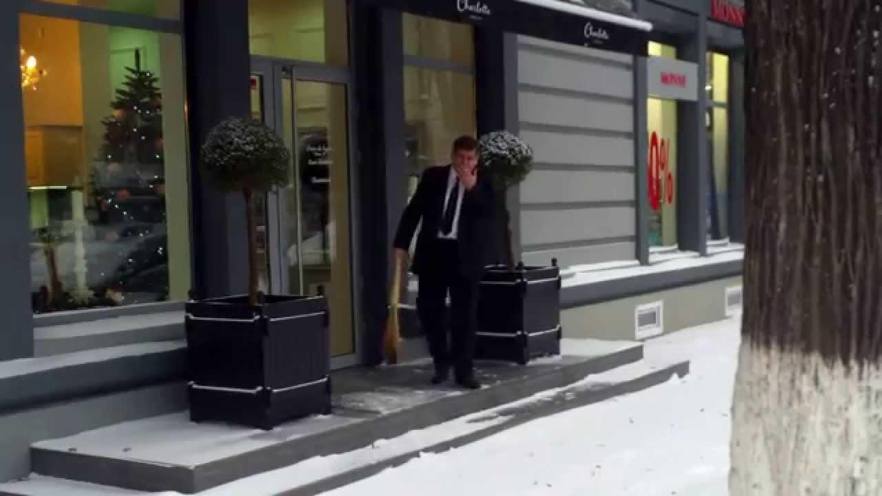 Cît fumează, l-au pus să măture zăpada
