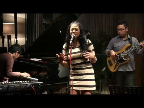 Indro Hardjodikoro The Fingers ft. Dira Sugandi - Panon Hideung @ Mostly Jazz 21/01/12 [HD]