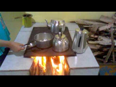 fazendo comida no fogão a lenha