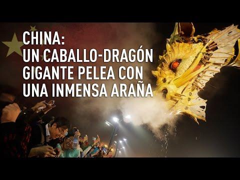 Un caballo-dragón gigante pelea con una inmensa araña en China
