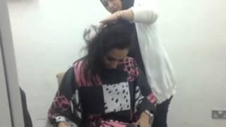 بالفيديو: الكويتية زهرة الخرجي تحلق شعرها تضامنًا مع مرضى سرطان الثدي