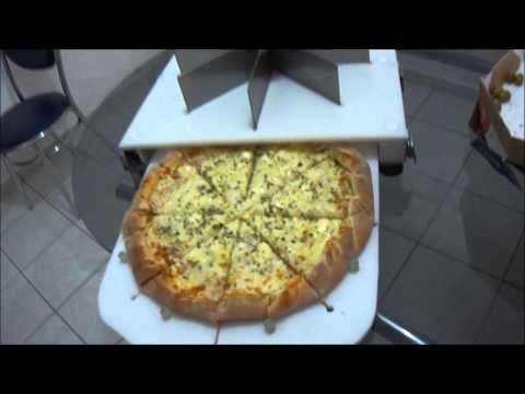 Maquina cortando pizza de portuguesa