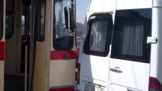 Un troleibuz a lovit microbuzul parcat în stație pe Viaduct