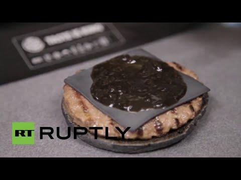 Así se preparan las hamburguesas negras en Japón