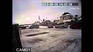Микроавтобус 7 раз врезался в припаркованный авто
