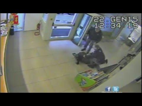 Rapinatore fermato dalla Polizia, le immagini della collutazione