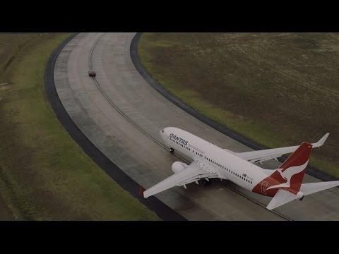 Autoperiskop.cz  – Výjimečný pohled na auta - Qantas Boeing 737-900 a Tesla Model S P90D