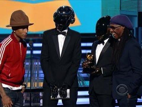 Pharell Williams i Daft Punk na scenie odbierają statuetkę Grammy