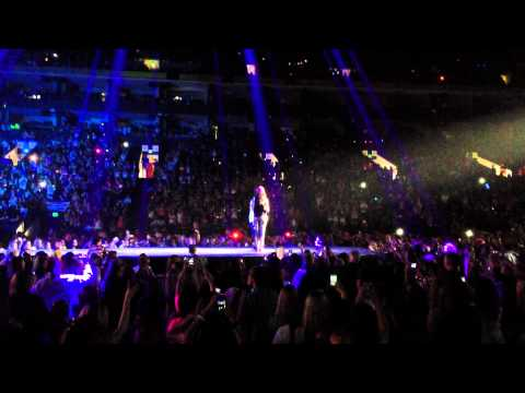 Justin Bieber Video: Justin Bieber – Beautiful ft. Carly Rae Jepsen (LIVE)