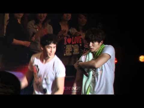 [Fancam] 120525 6 Beautiful Days in Tokyo - Junho showing off his muscles
