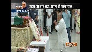 Mulayam Singh Yadav pays last respect to former PM Atal Bihari Vajpayee - INDIATV