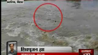 Video: बाढ़ में जान से खिलवाड़ ना करें, टूट रहा पुल पार करà - ITVNEWSINDIA