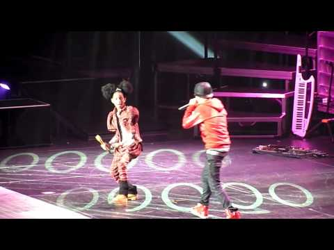 Justin Bieber and Willow Smith dancing