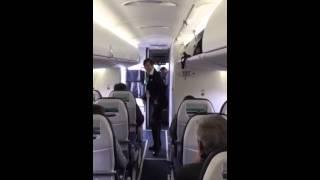 مضيفة طيران تفاجئ الركاب برقصة هيب هوب قبل إقلاع الطائرة