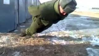 بالفيديو: حالة غريبة و فريدة لـ جندي روسي يمارس تمرين الضغط دون استخدام يديه