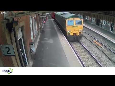 Nagranie ze stacji kolejowej w Nuneaton./[url=https://www.youtube.com/watch?v=kxO6ZRGxCLw]lifestyleworldnews[/url]