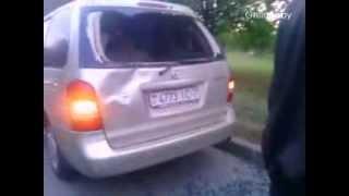 Велосипедист влетел в припаркованный авто и выбил стекло