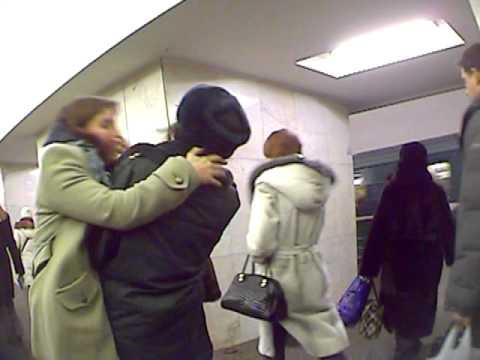 Арт-группа «Война» целует милиционеров