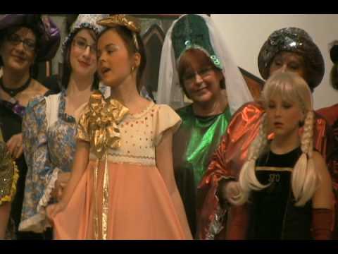 Young girl sings, mala dziewczynka spiewa Laleczka z Saskiej Porcelany
