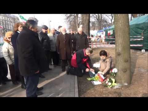 Gabriel Janowski i inni działacze jego ugrupowania ponad rok po śmierci Andrzeja Filipiaka wciąż oddawali mu hołd w miejscu, gdzie dokonał samopodpalenia.