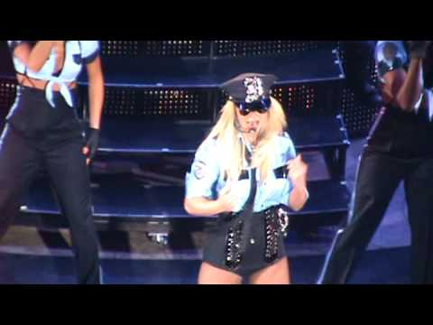 Un fan asusta a Britney Spears en concierto