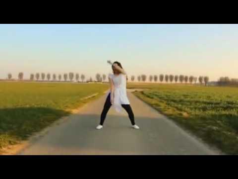 खेतों में डांस कर रही लड़की का हुआ वीडियो वायरल