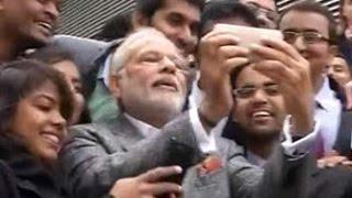 بالفيديو والصور.. رئيس الوزراء الهندي يلتقط «سيلفي» مع الطلاب بفرنسا