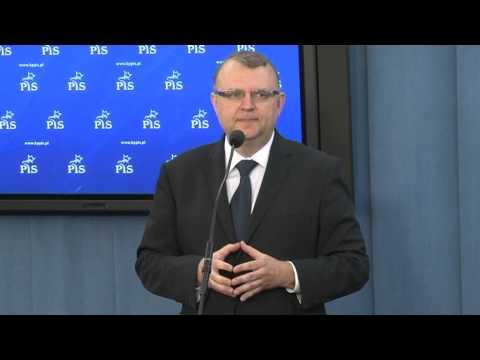 Kazimierz Ujazdowski przedstawia projekt zmian w konstytucji.