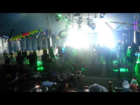 Video screenshot DJ HouseKaspeR spielt das Lied Frazy vom Synapsenkitzler auf dem Sonne Mond Sterne Festival X7 2013