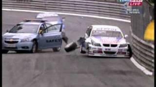 コース上に入ったセーフティカー。そのセーフティカーが事故を起こすw。