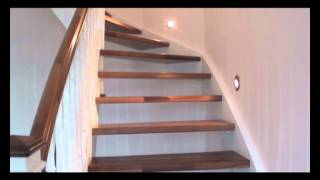 eingestemmte treppe in wei lackiert mit nu baumstufen youtube. Black Bedroom Furniture Sets. Home Design Ideas