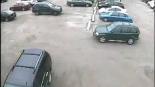 ブレーキとアクセルを踏み間違えて、他車にぶつけて逃げ去る