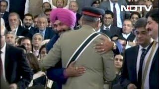 पाक आर्मी चीफ से गले लगकर फंस गए 'गुरु'! - NDTVINDIA