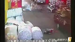 Tragis !! Video Bayi Dilindas Truk, Parah !! Pejalan Kaki Cuek Saja !!