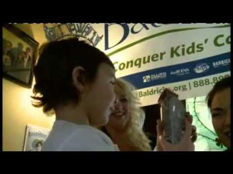 ملكة جمال تحلق شعرها للتبرع لأبحاث السرطان