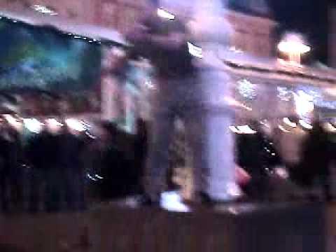 pijanac pleše na trgu