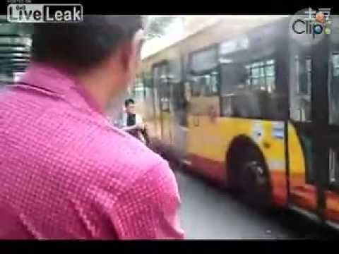 Clip thanh niên 'đập thủng xe bus' hot nhất tuần qua | hay88.com