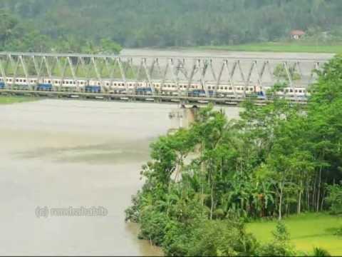 Kereta Api di Jembatan Serayu