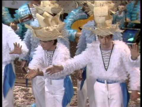 La agrupación La mar de coplas llega al COAC 1990 en la modalidad de Comparsas. En años anteriores (1989) concursaron en el Teatro Falla como Tras la mascara, consiguiendo una clasificación en el concurso de Segundo premio.