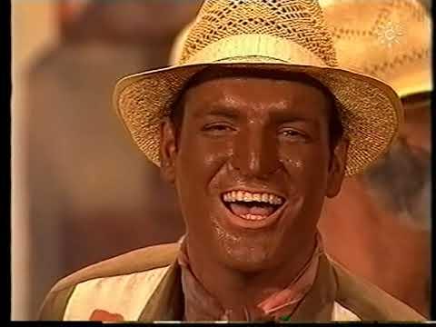 La agrupación La revolución llega al COAC 2002 en la modalidad de Comparsas. En años anteriores (2001) concursaron en el Teatro Falla como La niña de mis ojos, consiguiendo una clasificación en el concurso de Primer premio.