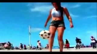 بالفيديو .. فتاة جميلة تتحدى الشباب فى كرة القدم