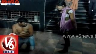 Teenmaar News - Lady beats a man badly for harrasing her - Eve Teasing - V6NEWSTELUGU