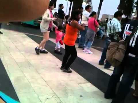 Mujer borracha bailando