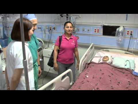 13-8-2013 Niña operada de epilepsia recibe visita de la Primera Dama